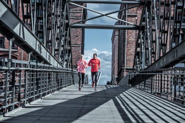 Gemeinsam macht das Lauftraining doppelt so viel Spaß. Einsteiger sollten auf funktionale Kleidung und Schuhe achten. Eine gute Auswahl gibt es zum Beispiel bei Runners Point (Foto: djd/Runners Point Warenhandelsgesellschaft mbH).