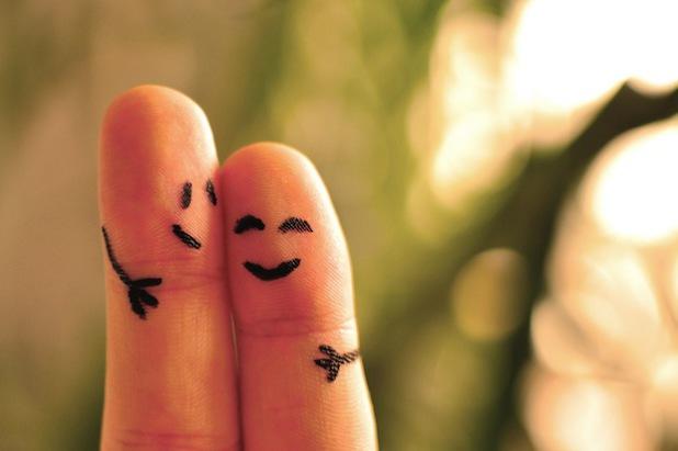 Soziale Kontakte sind unverzichtbar: Ein enger Kreis von Familie und Freunden ist für die eigene Lebenszufriedenheit unabdingbar (Foto: djd/fischerAppelt/Coca-Cola Happiness Institut).