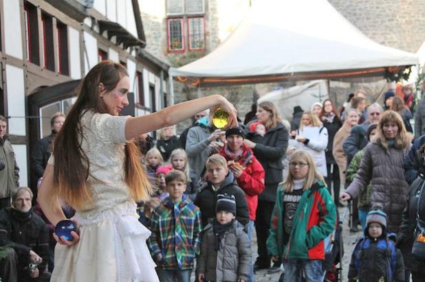Die Gaukler sorgten für allerlei Kurzweil auf der Burg (Foto: Michelle Wolzenburg/Märkischer Kreis).