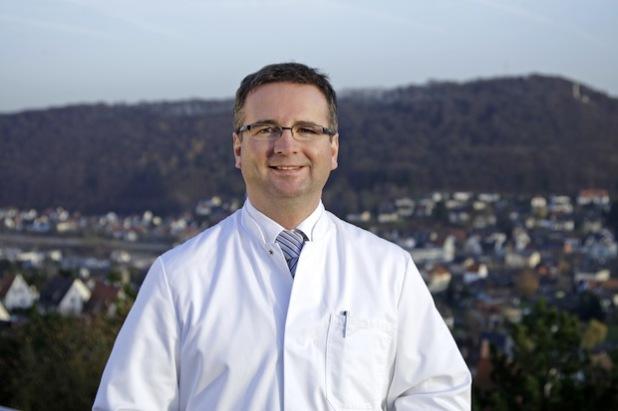 Dr. Ralf Beyer, Chefarzt der Unfallchirurgie und Orthopädie im St.-Marien-Hospital Marsberg, referiert über Stolperfallen, Stürze und Präventionsmaßnahmen (Foto: St.-Marien-Hospital Marsberg).