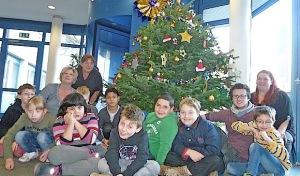 Sonnenschein-Schüler schmücken Weihnachtsbaum