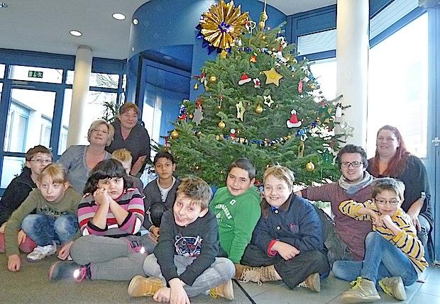 Photo of Sonnenschein-Schüler schmücken Weihnachtsbaum