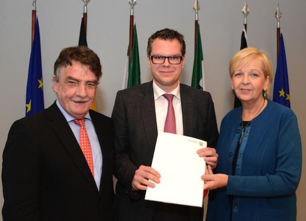 Ministerpräsidentin Hannelore Kraft und NRW-Bauminister Michael Groschek (l.) übergaben den Förderbescheid der Regionale Südwestfalen an Ressortleiter Mike Janke (Foto: Wilfried Meyer).