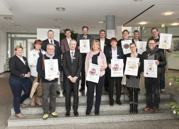 Strahlende Gesichter bei den Spendenempfängern: Mit mehr als 73.000 Euro unterstützt die SIEGENIA GRUPPE zum 100-Jährigen diverse regionale Hilfsorganisationen (Quelle: Kemper Kommunikation).