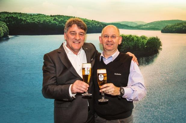 Bernd Wahler (Präsident des VfB Stuttgart) und Uwe Riehs (Geschäftsführer Marketing der Krombacher Brauerei) stoßen mit einem frisch gezapften Krombacher auf die vorzeitige Vertragsverlängerung an (Foto: Krombacher Brauerei).