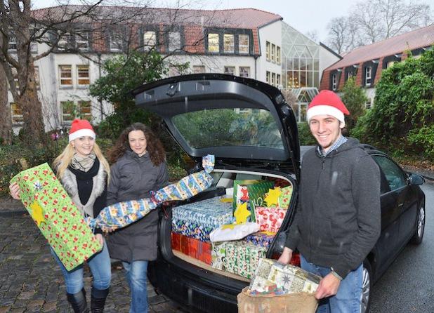 In dieser Woche erhält der Weihnachtsmann Unterstützung beim Verteilen der Geschenke von Sinaida Bayer (Mitte), Koordinatorin der Lokalen Bündnisse für Familie im Kreis Soest, sowie den Bachelor-Studenten des Kreises Soest, Elija Pottgüter (r.) und Juliane Degen (l.) - Foto: Thomas Weinstock/Kreis Soest.