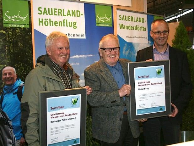 Zwei Sauerländer Wege wurden nachzertifiziert, der Bestwiger Panoramaweg und der Willinger Uplandsteig: Reinhard Schmidtmann nimmt die Urkunde für den Panoramaweg entgegen (Bild: Reinhard Schmidtmann).