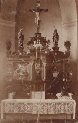 Das Foto zeigt den Hochaltar der St.-Sturmius-Kirche in Leitmar mit der Kommunionbank nach der Aufstellung durch die Bildhauer Larenz im Jahr 1915.