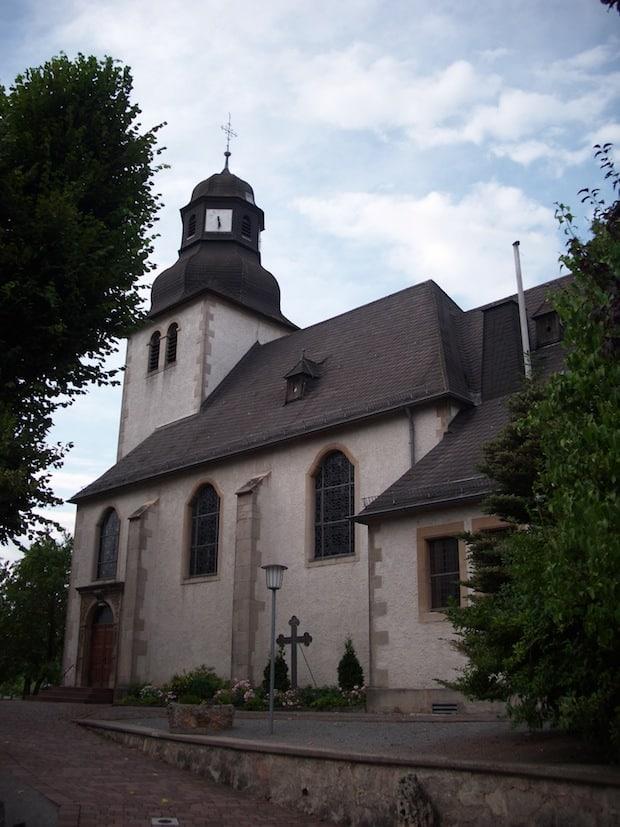 Ein aktuelles Foto der St.-Sturmius-Kirche Leitmar aus dem Jahr 2013.