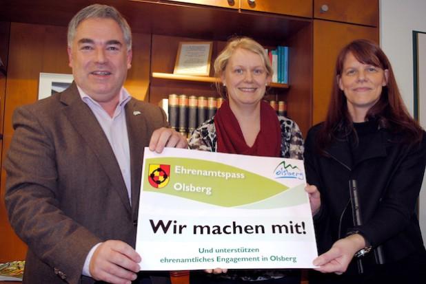 """""""VIP-Karte"""" für ehrenamtliches Engagement in Olsberg (v.li.): Bürgermeister Wolfgang Fi-scher, Karina Wallmeier und Elisabeth Nieder. Bildnachweis: Stadt Olsberg"""