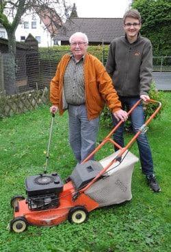 Tom Weber (r.) ist da, wenn Hilfe gebraucht wird. Er unterstützt Ulrich Klein u.a. beim Rasenmähen (Foto: Gemeinde Burbach).
