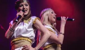 """Glamour und Glitzer der Swedish Legend – Aufwändige ABBA-Show mit """"Moviestar"""" Harpo"""