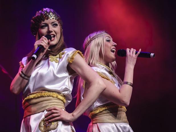 """Photo of Glamour und Glitzer der Swedish Legend – Aufwändige ABBA-Show mit """"Moviestar"""" Harpo"""