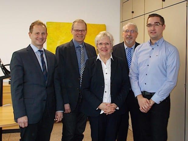 Von links: Herr Wiese, Herr BM Dr. Michalzik, Frau Arndt, Herr Arndt und Herr Luig - Foto: Gemeinde Wickede (Ruhr).