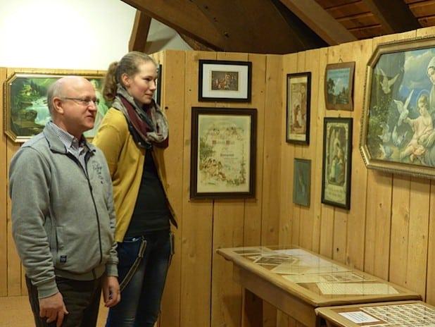 Museumsleiter Reinhard Gämlich und die Auszubildende Alina von Germeten werfen einen ersten Blick in die neue Ausstellung (Foto: Stadt Hilchenbach).