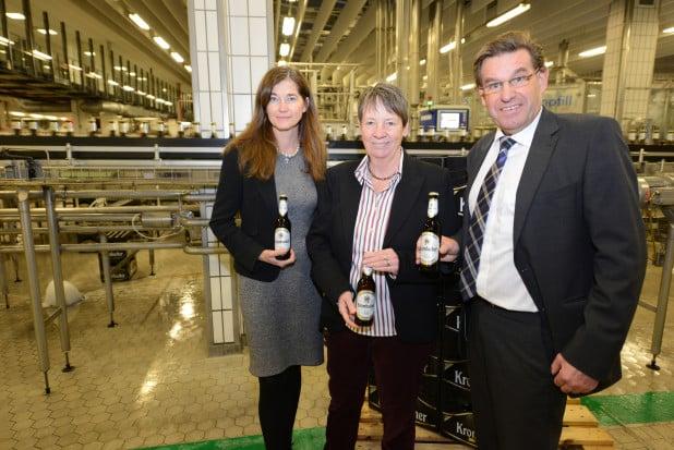 Petra Schadeberg-Herrmann, Gesellschafterin der Krombacher Brauerei, und Helmut Schaller, technischer Geschäftsführer, freuten sich über den Besuch von Bundesumweltministerin Dr. Barbara Hendricks, die sich in der Krombacher Brauerei über das Engagement im Mehrwegbereich informierte (Foto: Krombacher Brauerei).