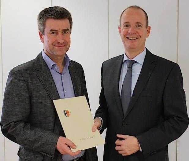 Kreisdirektor Theo Melcher (rechts) gratulierte Dr. Thomas Droste zum Dienstjubiläum (Foto: Kreis Olpe).