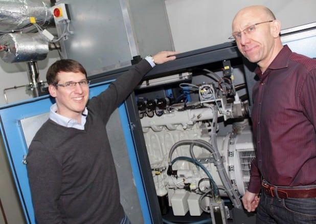 Robin Lötters (links, Geschäftsführer des Drahtwerks Fried. Lötters) und Dieter Gredig (Technischer Leiter der Stadtwerke Hemer) vor dem neuen BHKW der Firma Lötters (Foto: Stadtwerke Hemer).