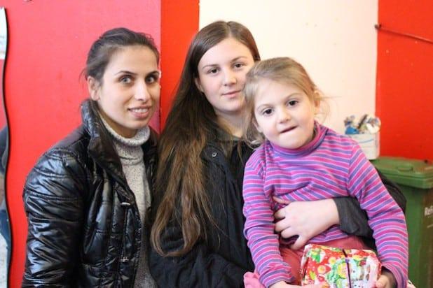 Freuten sich über die Geschenke der Kreisverwaltung: (v.l.) Merita, Fitore und die kleine Rona aus dem Kosovo - Foto: Kreis Siegen-Wittgenstein.