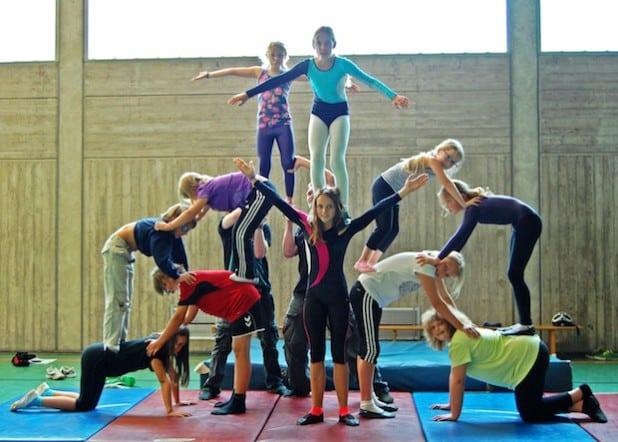 """Fleißig übten sie für ihren großen Auftritt: Die Zirkusgruppe """"Kissenschlacht"""" wollte während der Zirkusfreizeit im Sommer 2014 hoch hinaus (Foto: Kreis Soest)."""