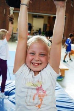 Luftakrobatik will geübt sein. Spaß macht es aber, wie man hier gut an Julia sehen kann. Sie übte während der Zirkusfreizeit ein paar Kunststücke am Trapez ein, die sie später in der großen Show zeigen durfte (Foto: Kreis Soest).