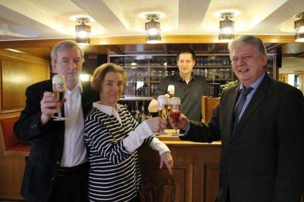 Stoßen auf die langjährige Zusammenarbeit an (v.l.n.r.): Bernd Stahl mit seiner Frau Bernadette sowie Sohn Thomas Stahl und Axel Brinkmann von der Krombacher Brauerei (Foto: Krombacher Brauerei).