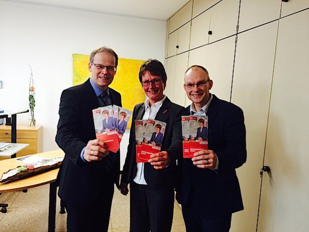 Verbraucherberatung in der Nähe ist wichtig. Bürgermeister Michalzik (l.) möchte mit Leiterin Petra Becker und Berater Holger Okken von der Verbraucherzentrale in Soest das Angebot auch in Wickede (Ruhr) bekannter machen - Foto: Gemeinde Wickede (Ruhr).