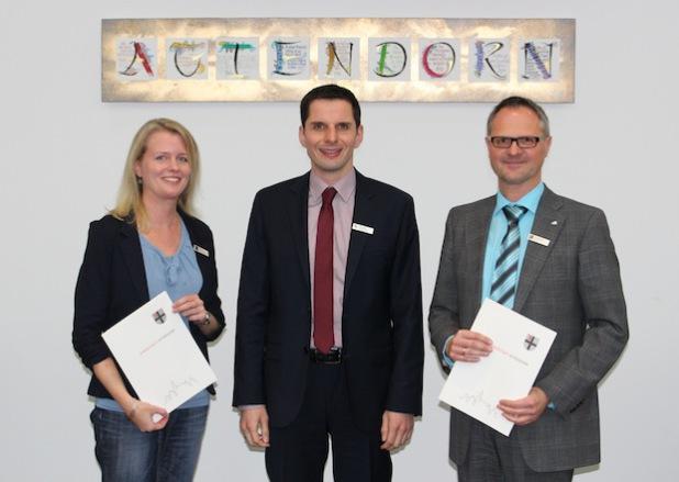 Bürgermeister Pospischil wünscht seinen Mitarbeitern Nadine Rinscheid und Christoph Hesse viel Erfolg für die anstehenden Aufgaben