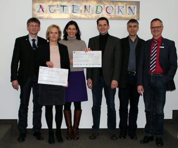 Annette Sawitza (2.v.l.) und Dr. Babette Viegener (3.v.l.) freuten sich über die Spende in Höhe von jeweils 650 Euro aus der Restcent-Aktion der Mitarbeiter der Hansestadt Attendorn, die bei der Scheckübergabe durch den Personalratsvorsitzenden Andreas Preibisch (l.), seinen Stellvertreter Wolfgang Fecker (2.v.r.), den Personaldezernenten Christoph Hesse (r.) und Bürgermeister Christian Pospischil (3.v.r.) vertreten wurden - Foto: Hansestadt Attendorn.