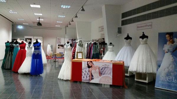 """Brautmoden vom Fachgeschäft """"SI.EL"""" - eine ansprechende Auswahl zeigt traditionelle Brautkleider und auch farbenfrohe Varianten."""