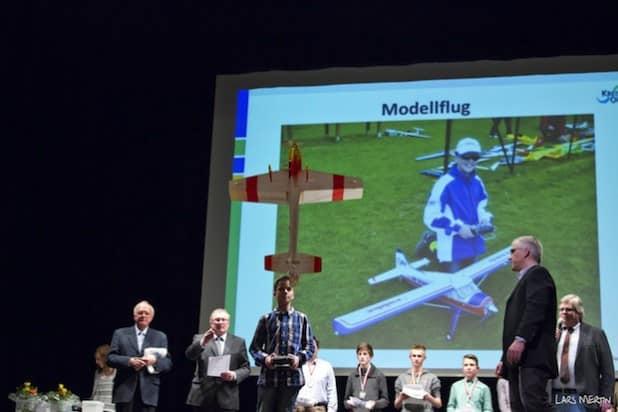 Demonstration des Modellflugsports durch Sören Linde bei der Sportlerehrung im vergangenen Jahr (Foto: Kreis Olpe/Lars Mertin).