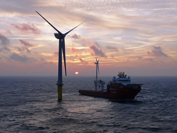 Das Errichterschiff Aker Wayfarer beim Einsatz im Windpark Borkum (Quelle: Robert Ferdinand/Trianel).