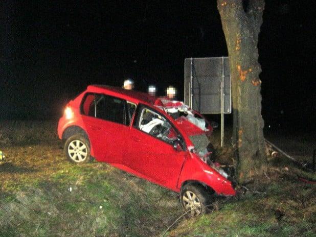 Das Fahrzeug wurde bei dem Unfall im Frontbereich vollständig zerstört (Foto: Kreispolizeibehörde Soest).