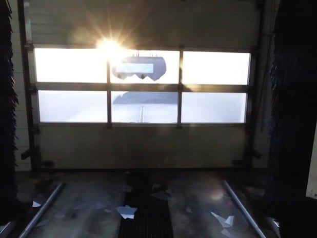 Die Täter schlugen eine Scheibe am Rolltor ein (Foto: Kreispolizeibehörde Soest).
