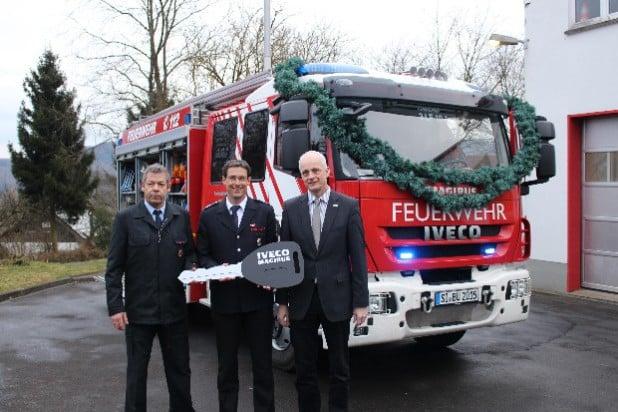 Ein neues Löschfahrzeug wurde von Bürgermeister Christoph Ewers (re.) an den Löschzug Holzhausen übergeben (Foto: Gemeinde Burbach).