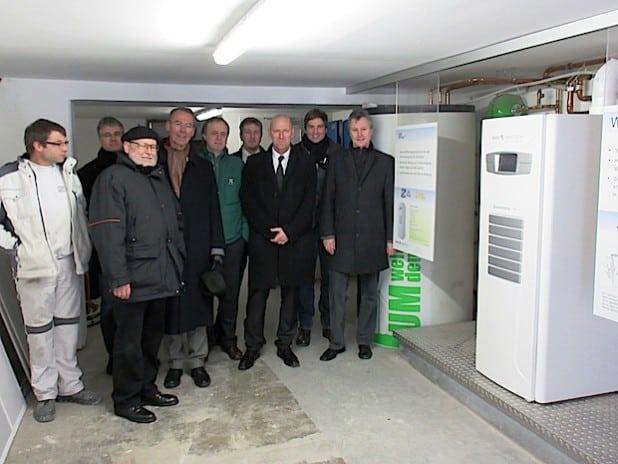 SVB-Vertriebsleiter Peter Weil (1.v.r.), Prof. Dr. Henning Zoz (Zoz Group, 3.v.r.) und der Siegener Stadtbaurat Michael Stojan (6.v.r.) begutachten die neue Brennstoffzellenheizung (Foto: SVB).