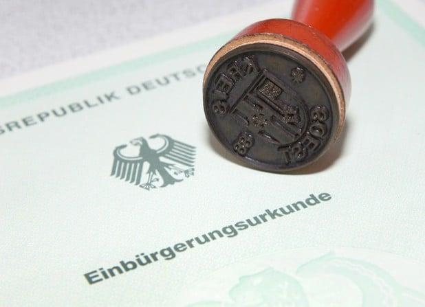 Als Beleg für ihre neue deutsche Staatsbürgerschaft, erhalten ausländische Mitbürger diese Einbürgerungsurkunde (Foto: Thomas Weinstock/Kreis Soest).