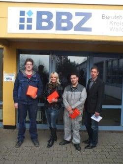 GF Kai Bremmer mit den erfolgreichen Teilnehmer/innen (Foto: Kreishandwerkerschaft Waldeck-Frankenberg).