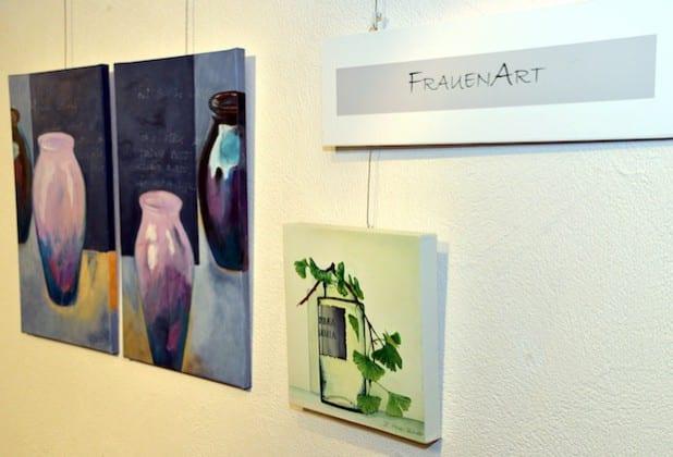 """""""Gefäße"""" bringt die Malgruppe """"Frauen Art"""" den Besucherinnen und Besuchern des Kreishauses nahe und gibt damit einen kleinen Einblick in ihre Arbeiten (Foto: Wilhelm Müschenborn/Kreis Soest)."""