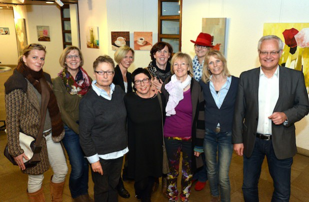 """Acht der Künstlerinnen von """"Frauen Art"""" waren anwesend, als Kreisdirektor Dirk Lönnecke die Ausstellung eröffnete (Foto: Wilhelm Müschenborn/Kreis Soest)."""