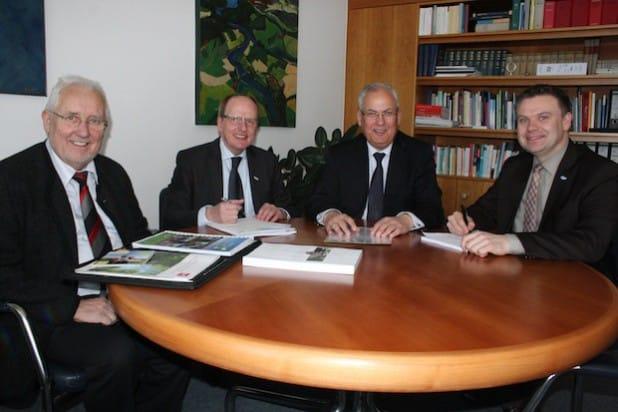 An einem Tisch mit Landrat Dr. Schneider (2.v.r.): die Vertreter der LEADER-Regionen im HSK, Reinhold Weber (Eslohe), Meinolf Kühn (Sundern) und Thomas Grosche (Medebach), v.l. - Foto: Pressestelle Hochsauerlandkreis.