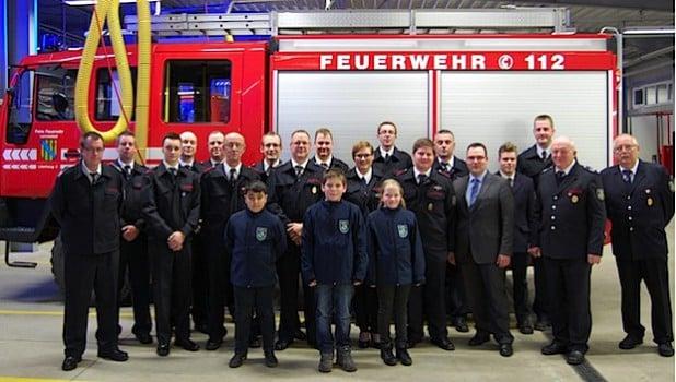 Zahlreiche Beförderungen und Ehrungen konnten durch Dietmar Eckhart und Karsten Schürheck vorgenommen werden (Foto: Freiwillige Feuerwehr Lennestadt).