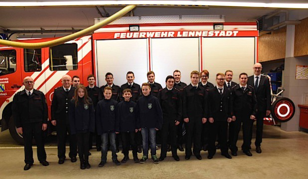 Zahlreiche Beförderungen und Eherungen konnten durch Dietmar Eckhart und Stefan Hundt vorgenommen werden (Foto: Feuerwehr Lennestadt).