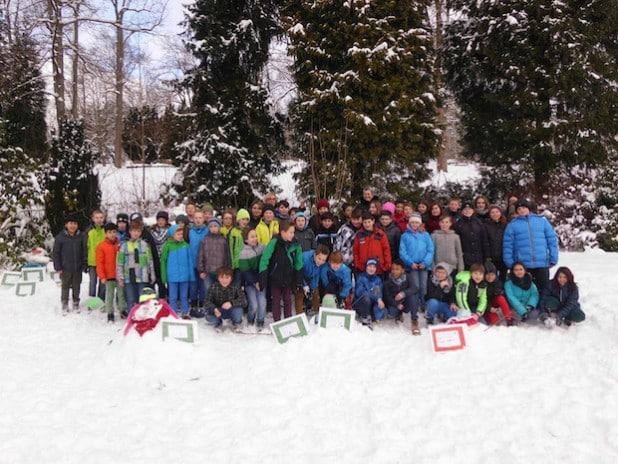 Die Klassen 5 der Realschule in Hilchenbach haben ihre Schneefrauen und  -männer auf dem Schulhügel, der Gerichtswiese und dem Gelände der alten Florenburg-Grundschule errichtet (Foto: Stadt Hilchenbach).