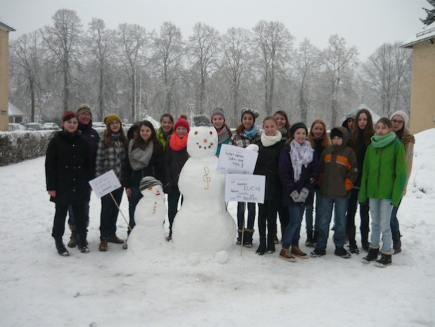 Die Klasse 7m mit ihrer Lehrerin Frau Kolberg-Böhm hat bereits am Freitag der vergangenen Woche Schneefiguren am Stift Keppel gebaut. Da war der Schnee noch weitaus griffiger als am vergangen Mittwoch (Foto: Stadt Hilchenbach).