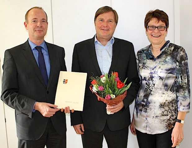 Abschiedsfoto im Kreishaus (von links): Kreisdirektor Theo Melcher, Karl-Josef Luke und Ursula Stocker (Foto: Kreis Olpe).