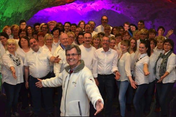 Festspielchor und Chorleiter Heinz-Dieter Baumeister freuen sich auf erste Konzerte (Foto: Festspiele Balver Höhle).