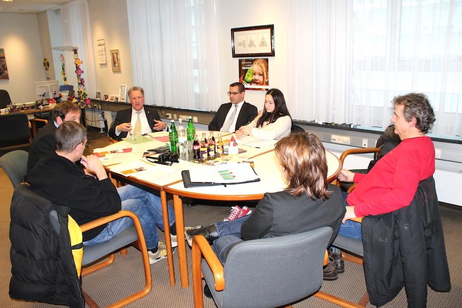 Foto: SüWeNa Schülerpraktikantin Maria Özmen besuchte die Pressekonferenz im Lüdenscheider Rathaus und stellte Fragen zu den geplanten Berufsfelderkundungen
