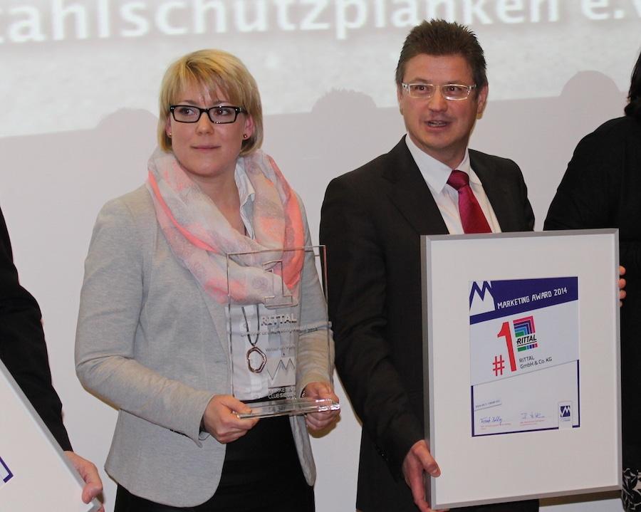 Martin Kandziora und eine Kollegin von Rittal freuten sich über den ersten Preis beim Marketing Award 2014 vom Marketing-Club Siegen.