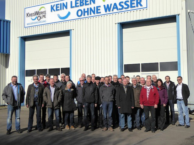 Die Teilnehmer der Veranstaltung vor dem KWO-Gebäude auf dem Erbscheid (Foto: Kreis Olpe).